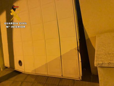La Guardia Civil sorprende a dos delincuentes en el interior de la vivienda donde estaban robando