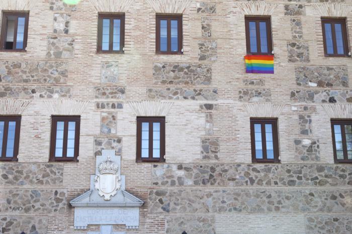 Bandera LGTBI en la fachada de las Cortes