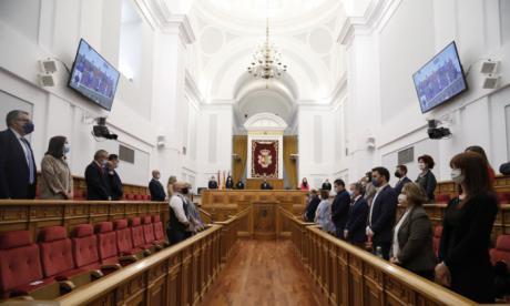 Minuto de silencio en el Pleno de las Cortes por el fallecimiento de Jesús Fernández Vaquero