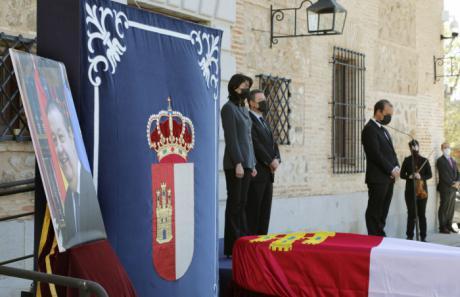 """Las Cortes homenajean a su expresidente Vaquero, """"un hombre generoso, sabio y profundamente bueno"""""""