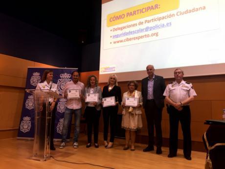 Las autoridades con directivos de los centros educativos que han participado en el programa