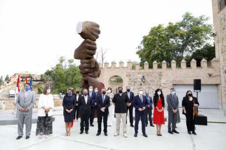 """Bellido resalta """"la fuerza de la unidad"""" para doblegar la pandemia, en la inauguración de un monumento en la sede de las Cortes regionales"""