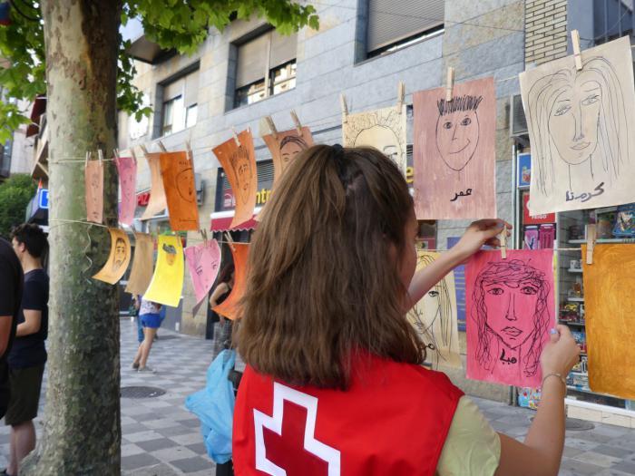 Más de cien personas dan forma a la cadena humana organizada por Accem y Cruz Roja Cuenca