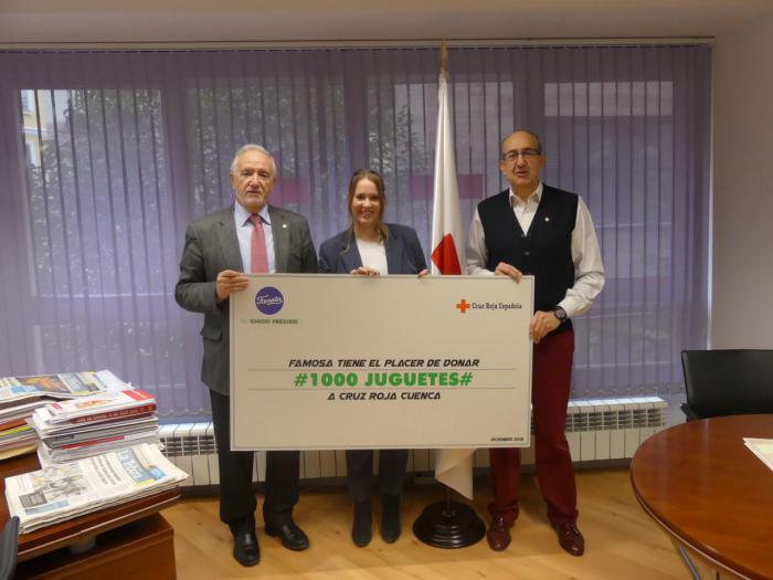 Famosa entrega mil juguetes a la campaña del juguete de Cruz Roja