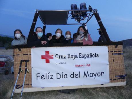 La inclemencia del tiempo no hace posible que Cruz Roja y A Vista de Globo feliciten a los mayores desde el aire