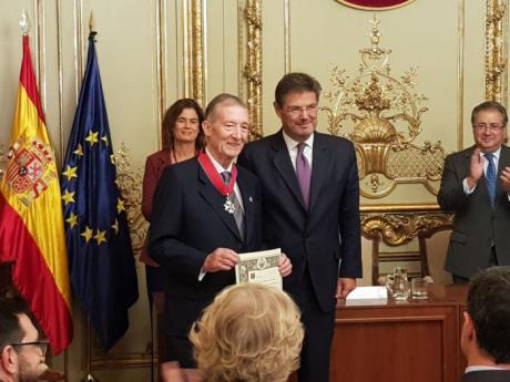 Ricardo Larrainzar es condecorado con la Cruz Distinguida de 1ª Clase de la Orden de San Raimundo de Peñafort