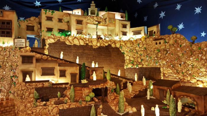 Las Casas Colgadas en su versión de chocolate, entre los monumentos del Belén de la empresa Galleros Artesanos