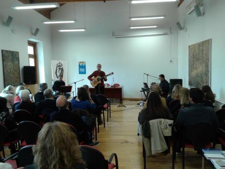 """""""Poesía para Náufragos"""" llenó el salón de la RACAL"""