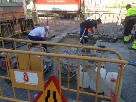 El Ayuntamiento arregla las losas de piedra de la Plaza Mayor y Obispo Valero dando cumplimiento a uno de los acuerdos con Ciudadanos