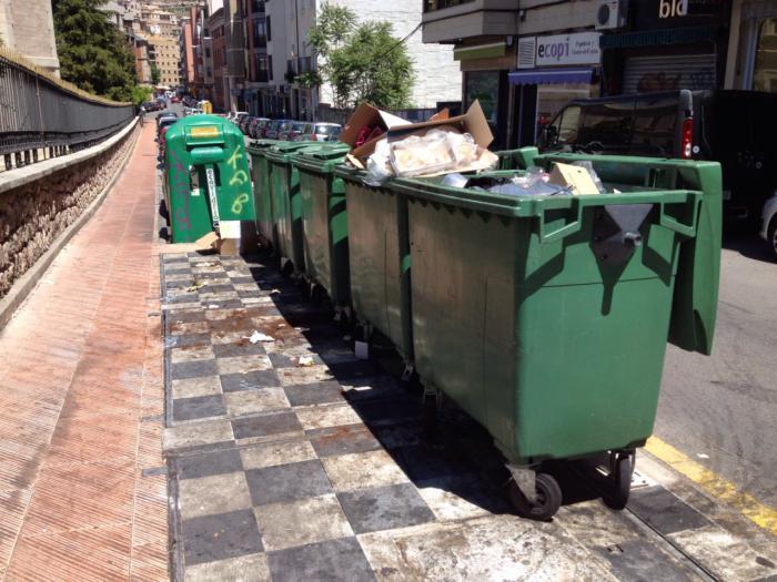 Piden al Ayuntamiento que inste a la concesionaria del servicio de limpieza el arreglo de los contenedores soterrados