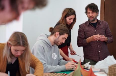 Jóvenes artistas se acercan a la milenaria tradición de la encuadernación japonesa
