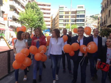 Picazo defiende el plan naranja contra la despoblación en un paseo ciudadano por las calles de Cuenca