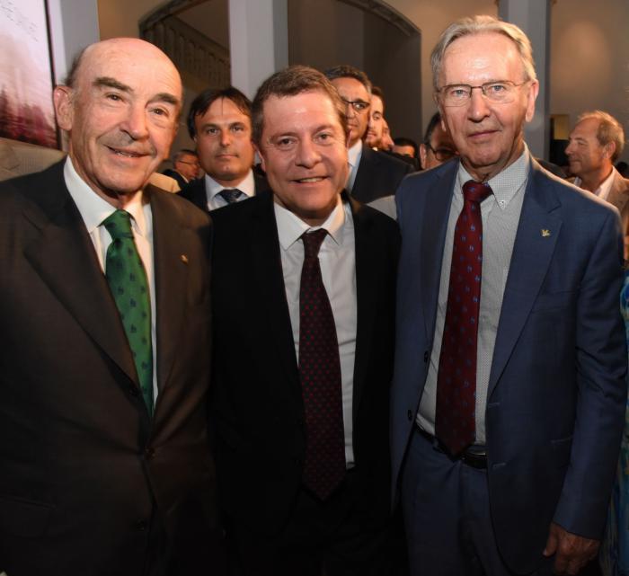 El presidente de Globalcaja, Carlos de la Sierra, felicita a Emiliano García Page en la toma de posesión como presidente de la región
