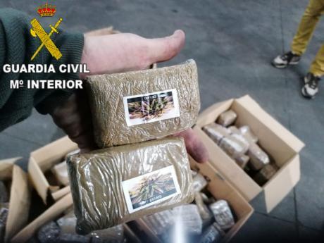 La Guardia Civil ha detenido a un hombre que viajaba con más de 82 kilos de hachís ocultos en un doble fondo
