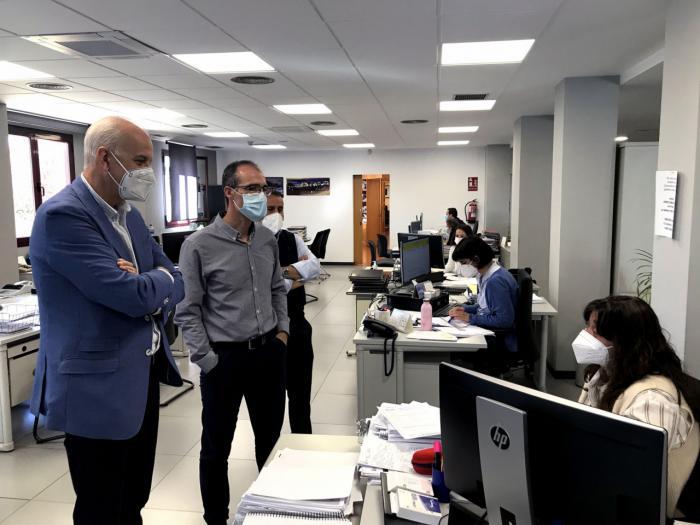 El subdelegado del Gobierno en Cuenca visita la oficina del SEPE para agradecer el trabajo realizado durante el último año con motivo del covid-19