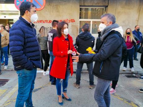 Los concejales del Grupo Popular, Luz Moya y José Ángel Gómez, asisten a la manifestación organizada por los trabajadores de Siemens-Gamesa