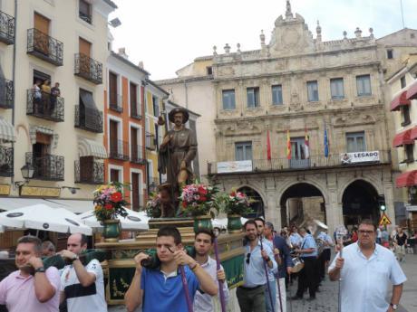 La imagen de San Roque desfila por las calles del Casco Antiguo