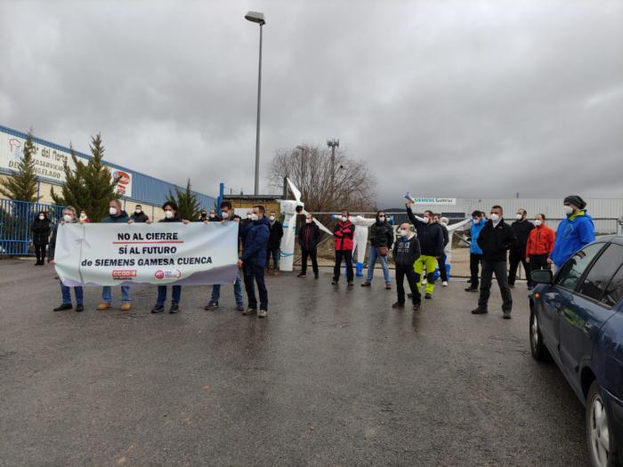Los trabajadores de la planta de Siemens Gamesa se concentran en rechazo del cierre de la planta de Cuenca