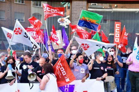 Más de 500 trabajadores de toda la región se concentran en Toledo contra el ERE que pretende ejecutar Caixabank