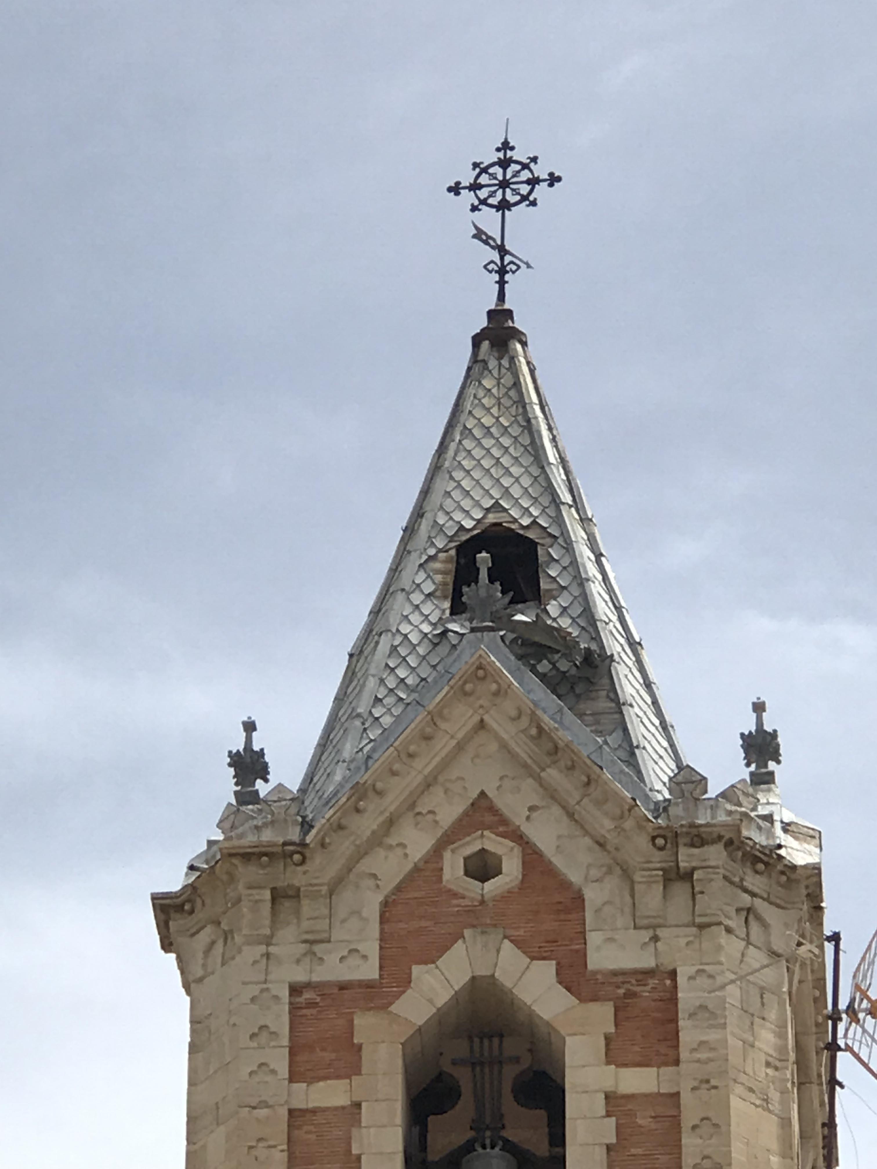 Se desprende parte de la torre de la Iglesia del Salvador