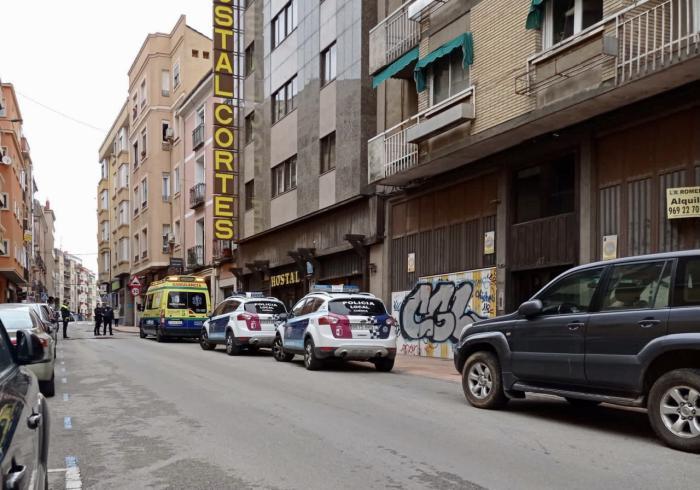 Trasladado al Virgen de la Luz a un hombre tras sufrir un brote psicótico y arrojar objetos desde su domicilio en la calle Ramón y Cajal