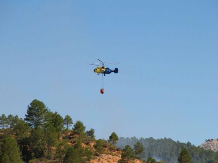 Diez medios siguen hoy trabajando en el incendio de Cañamares