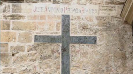 El juzgado da la razón al Ayuntamiento sobre la retirada de los símbolos de Falange de la fachada lateral de la Catedral