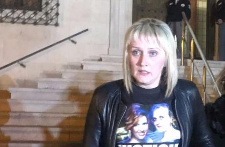 La hermana de Marina Okarinska acude a la concentración contra la Violencia Machista