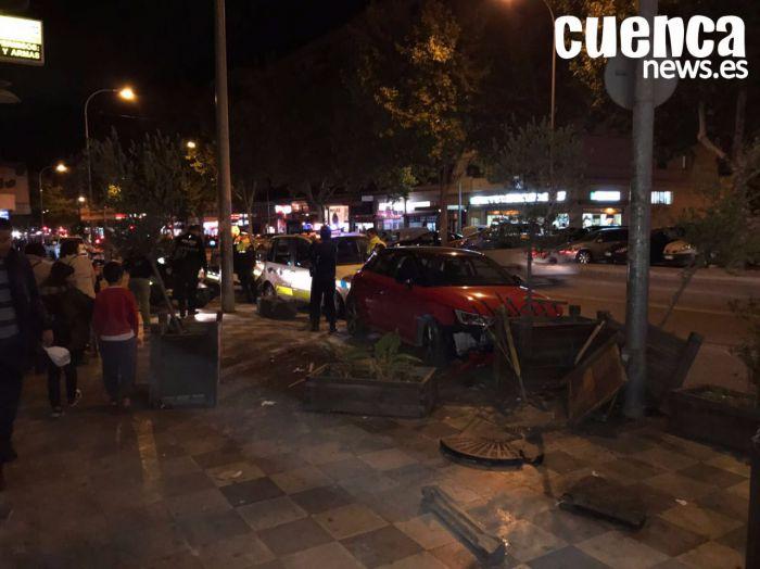 Un coche se empotra contra la terraza de un restaurante en Fermín Caballero