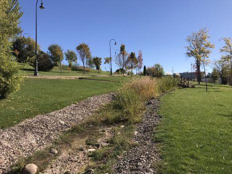 En imagen el cauce del río artificial seco desde hace más de dos años en el parque de Los Principes