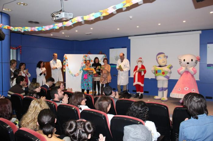Actividades para pacientes hospitalizados, reconocimiento a profesionales jubilados y decoración, señas de identidad de la Navidad en los centros sanitarios