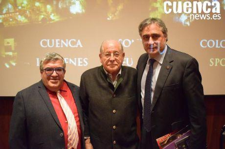 D. Ángel Pérez, en el centro de la imagen, este año en la Presentación de la Semana Santa de Cuenca, en la capital de España
