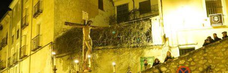 Recogimiento y silencio en la procesión penitencia de la Vera Cruz
