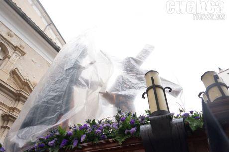 La lluvia altera ligeramente la procesión Camino al Calvario