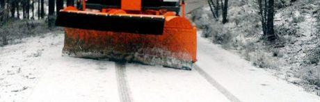 Un camión atrapado por la nieve corta la carretera CM-2106 en Valdemeca
