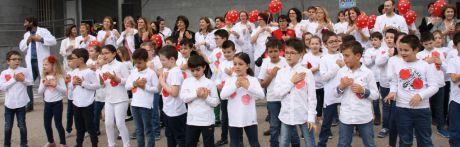 """El Hospital Virgen de la Luz y los escolares del Colegio """"Hermanos Valdés"""" reparten besos para todos los niños hospitalizados"""