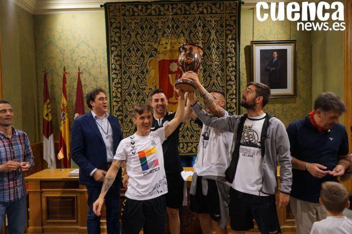Recibimiento en el Ayuntamiento de Cuenca a los jugadores de la Balompédica tras su ascenso a 2ºB