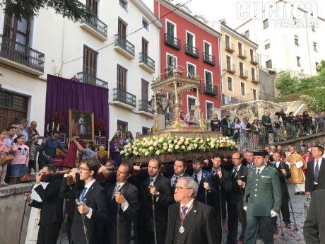 Numeroso público en la procesión del Corpus Christi conquense