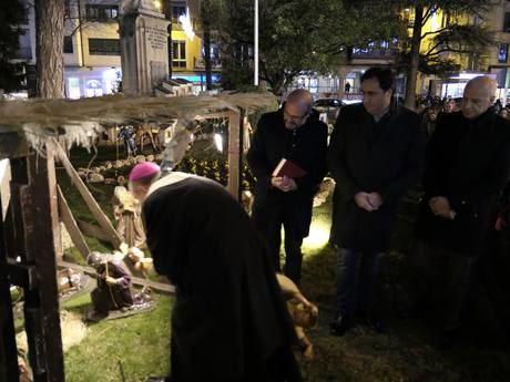 Numerosos conquenses asisten a la inauguración del Belén de la Plaza de la Hispanidad