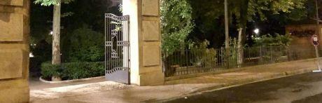 """Consideran """"escandaloso"""" gastarse 375.000 euros en tirar las verjas del parque San Julián"""