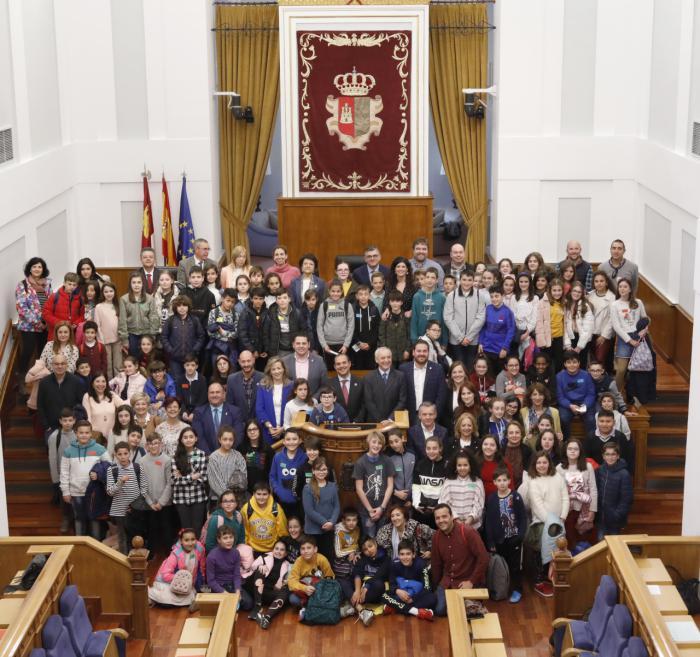 """Pleno institucional """"Diputados y diputadas por un día"""" con Aldeas Infantiles SOS España en las Cortes de Castilla-La Mancha"""