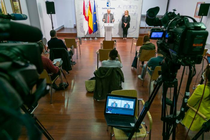 El vicepresidente de Castilla-La Mancha, José Luis Martínez Guijarro, informa, en la sala de prensa de la Delegación de la Junta en Cuenca, de la acción del Ejecutivo autonómico.
