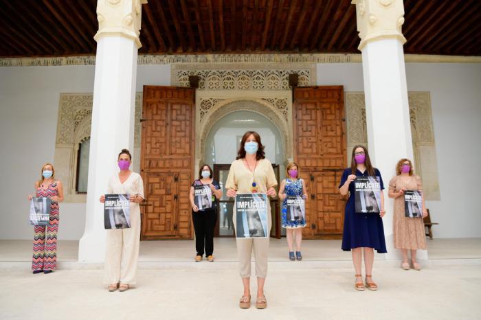 La consejera de Igualdad y portavoz del Gobierno regional, Blanca Fernández, presenta 'Implícate' la nueva campaña contra la violencia de género del Gobierno regional acompañada por la directora del Instituto de la Mujer y las delegadas de Igualdad.