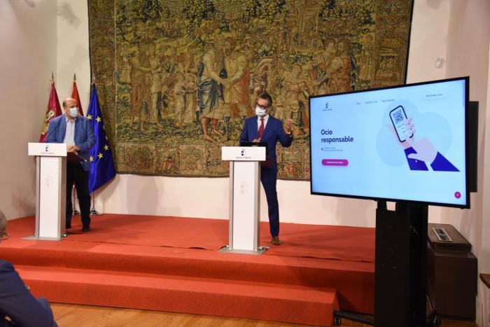 -El vicepresidente del Gobierno regional, José Luis Martínez Guijarro, presenta la nueva aplicación móvil 'Ocio Responsable'