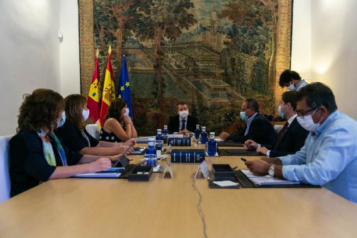 El jefe del Ejecutivo autonómico, Emiliano García-Page, preside en el Palacio de Fuensalida, la reunión del Consejo de Gobierno de Castilla-La Mancha