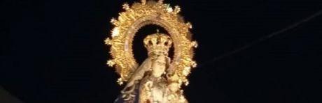 Cientos de pétalos de rosa y un nuevo estandarte acompañan a la imagen de la Virgen de Riánsares en la tradicional procesión