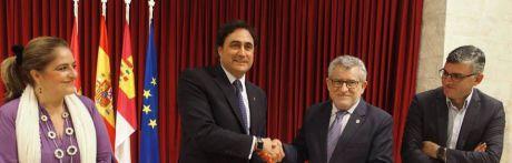 Ayuntamiento y Junta firman el convenio de colaboración para que San Miguel y San Andrés alberguen la exposición 'Vía Mística'
