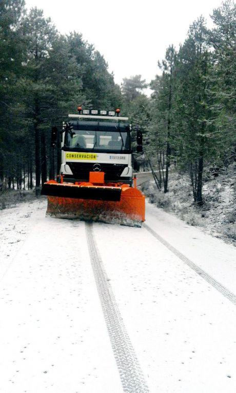 El dispositivo invernal de la Diputación actúa contra las placas de hielo en dieciocho carreteras de La Serranía