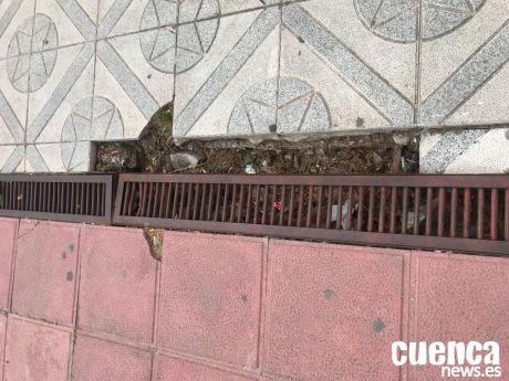 Estado actual de una rejilla en el barrio de Villa Luz