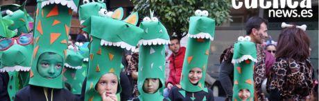 El desfile de carnaval pone color a las calles de Cuenca
